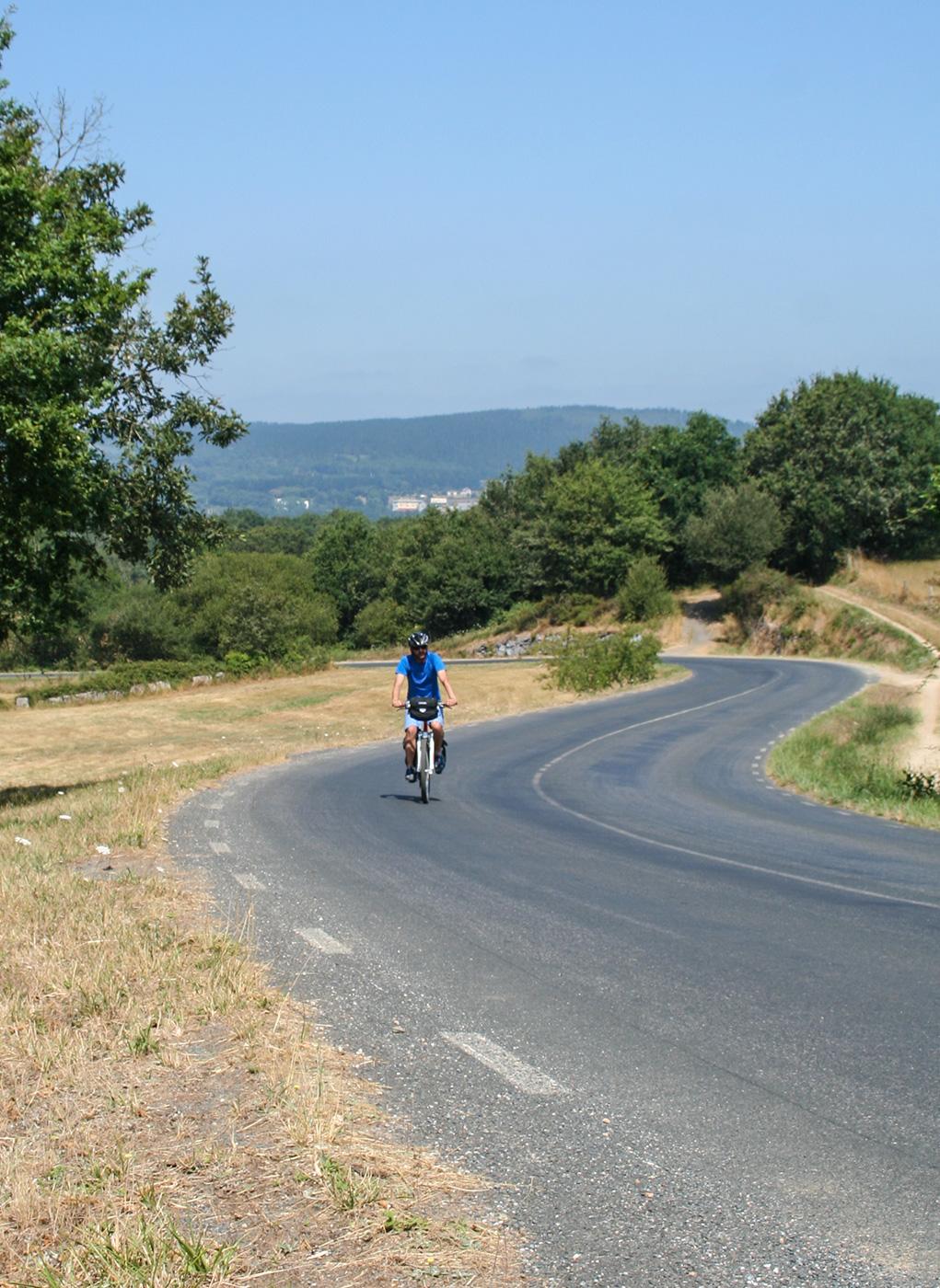 Radfahrer fährt bergauf auf dem Camino