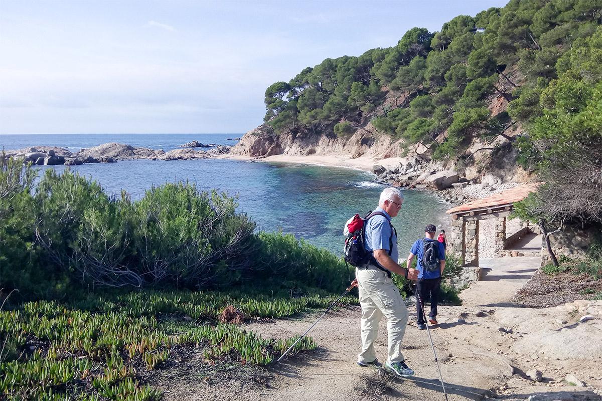 Wanderer genießen Blick auf Bucht