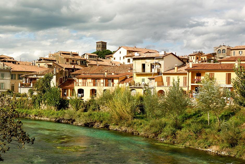 Die Altstadt von Rieti an einer Flussbiegung des Velino