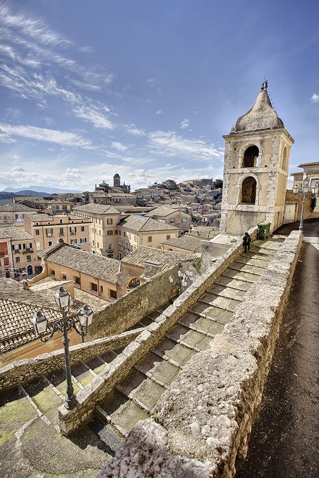 Artistisch schmiegen sich Häuser und Kirchen in Arpino entlang des Bergkamms
