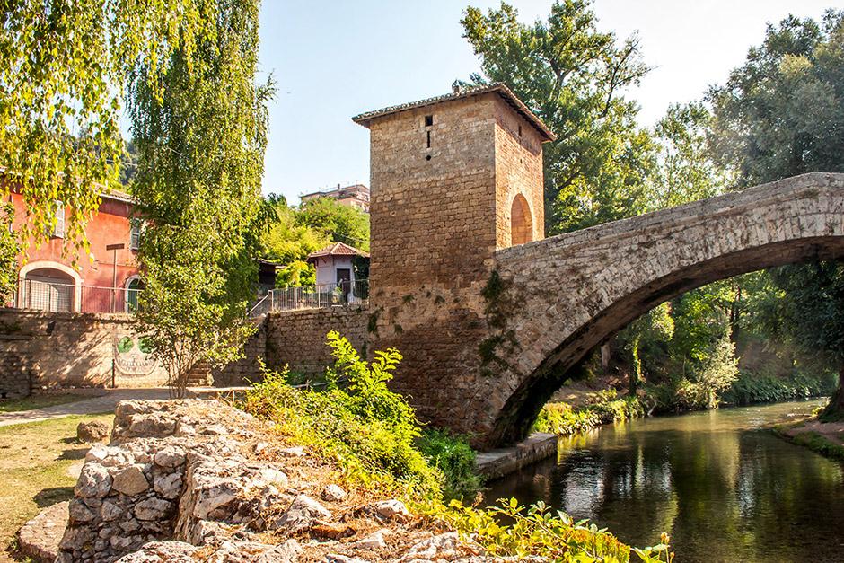Über die mittelalterliche Franziskus-Brücke führt der Benediktweg in Subiaco