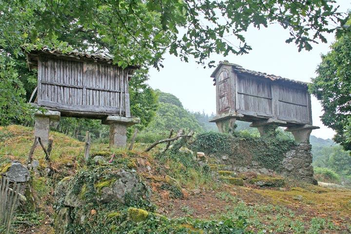 schwebende Kornspeicher am Jakobsweg in Galicien