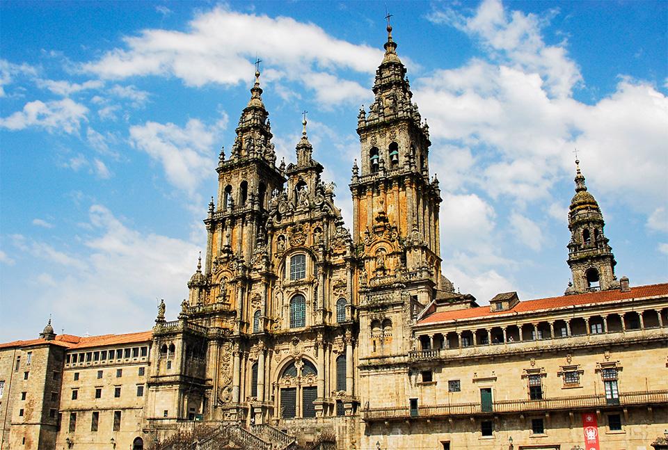 Die Jakobus-Kathedrale in Santiago de Compostela von vorn