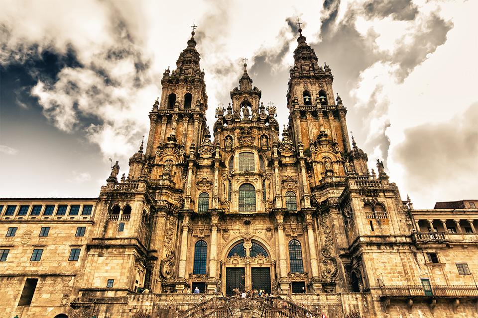 Jakobus-Kathedrale von Santiago im Gegenlicht