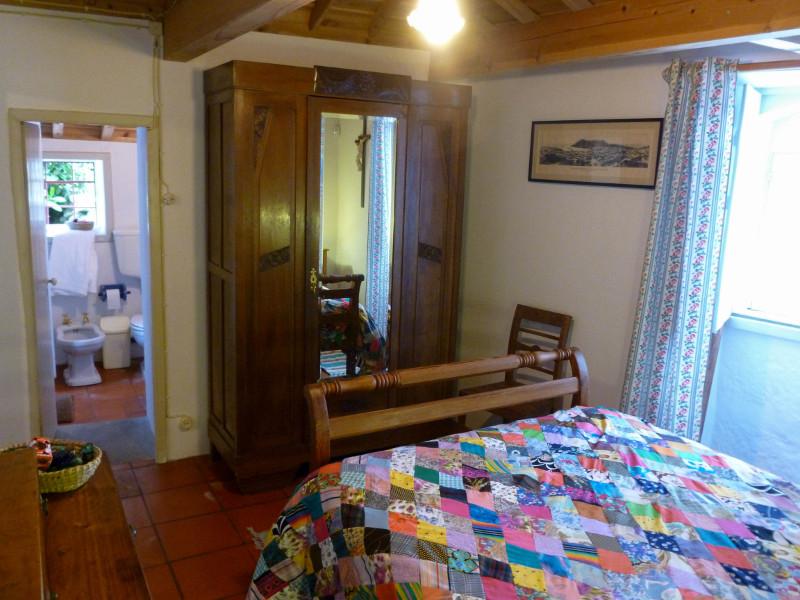 Quinta do Espirito Santo_Casa Pequena_Schlafzimmer mit Blick ins Bad