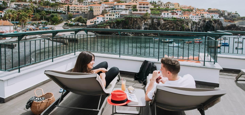 Hotelterrasse mit Blick auf die Bucht