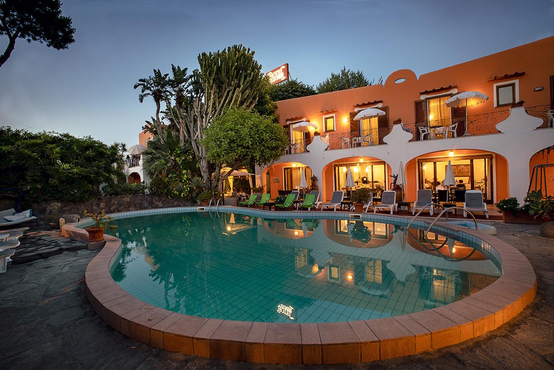 Abendstimmung am Pool Hotel Aragonese Ischia