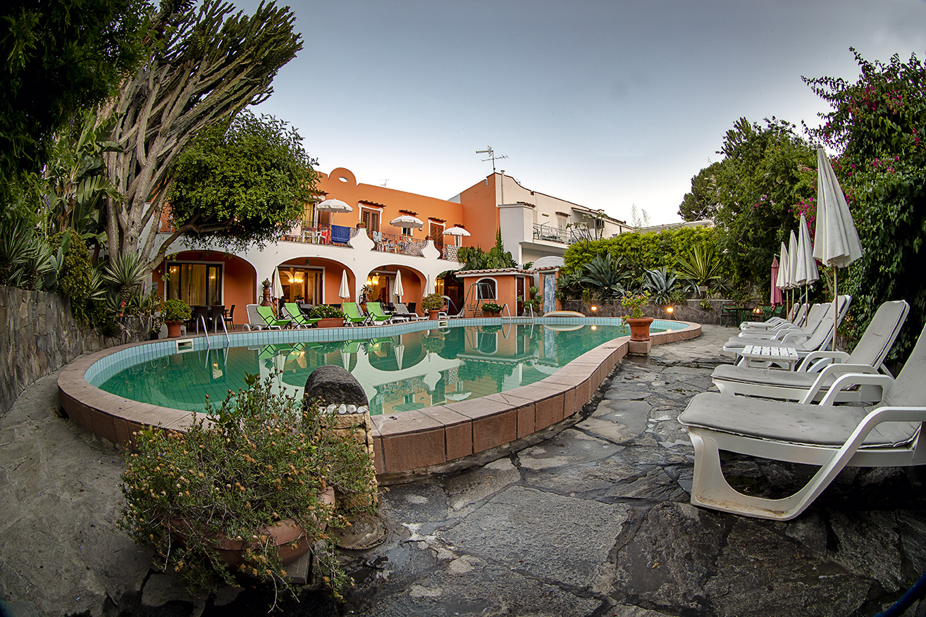 Thermalpool umgeben vom Garten Hotel Aragonese Ischia